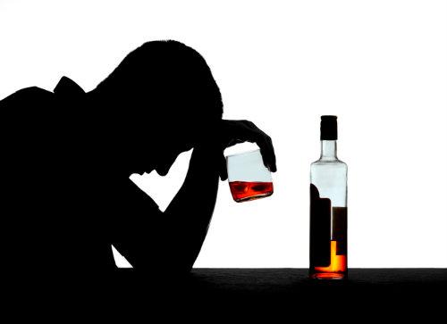Un homme boit de l'alcool