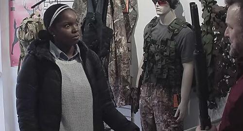 réaction d'une femme découvrant l'histoire tragique de l'arme qu'elle voulait acheter