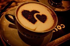 deux coeurs dans un café