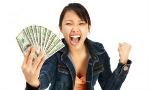 femme avec des dollars dans la main
